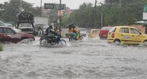Las lluvias inundan calles y avenidas.