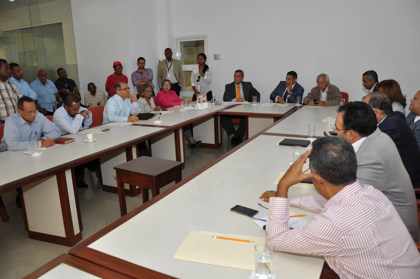 Representantes del Gobierno, los empresarios y trabajadores en Comité de Salarios.