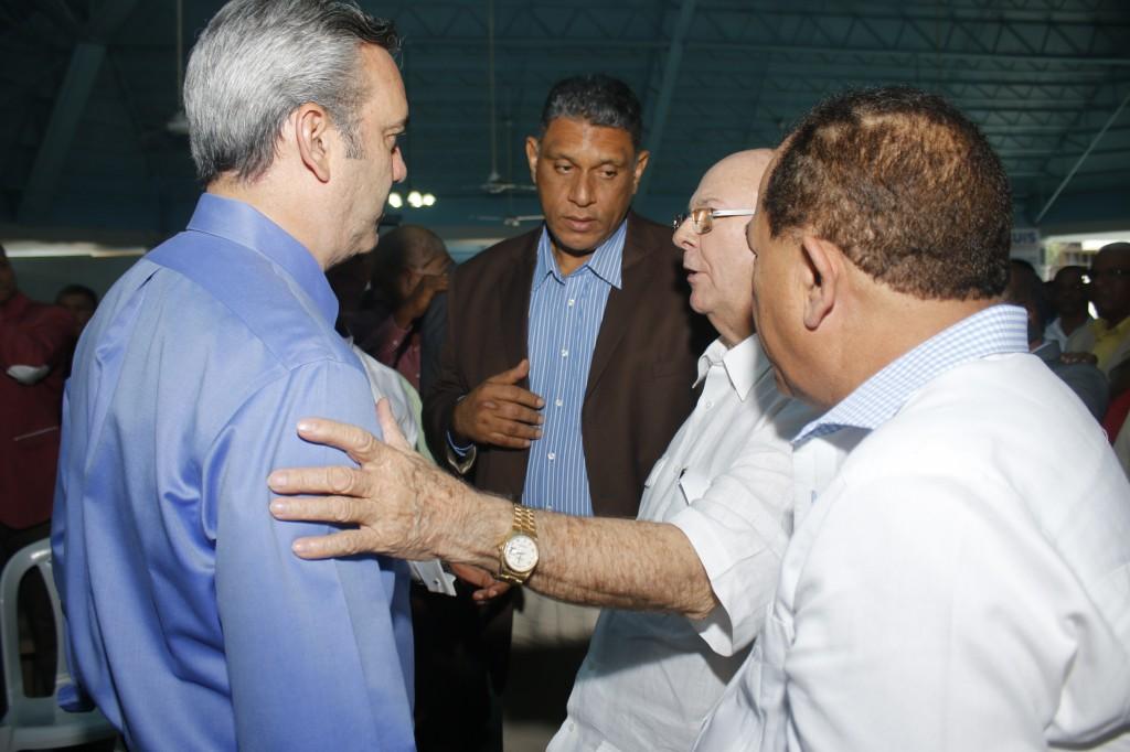 Luis Abinader conversa con Hipólito Mejía y otros dirigentes del PRM.