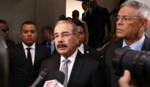 El presidente Danilo Medina entrevistado en funeraria Blandino sobre Hatuey De Camps.