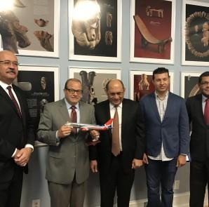 José Tomás Pérez al recibir reconocimiento de PAWA Dominicana.