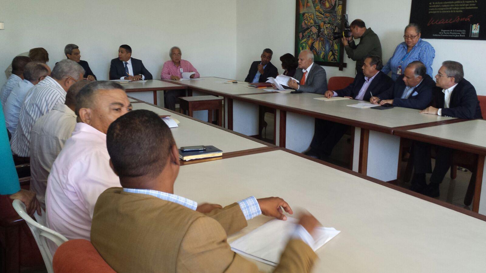Representantes de los sectores empresarial y laboral en el Comité de Salarios.