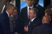 Barack Obama conversa con Raúl Castro en su visita a Cuba.