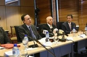 Héctor Valdez Albizu junto a miembros de la Junta Monetaria.