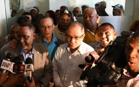 Dirigentes sindicales tras reunión del Comité de Salarios.