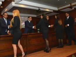 Jueces reciben sus pergaminos al ser juramentados por la Suprema Corte.