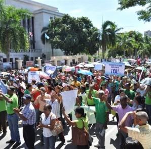 Maestros protestaron frente al Ministerio de Educación por mejoría salarial.