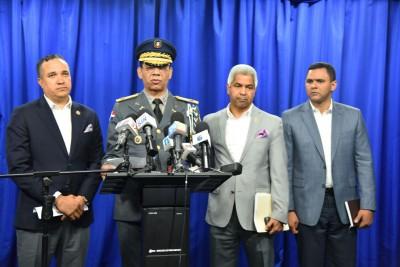 Nelson Rosario acompañado de otros oficiales habla sobre el caso de Delcy Yapor.