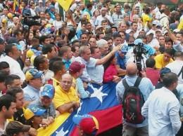 Venezolanos se lanzan a las calles contra Tribunal Supremo de Justicia.