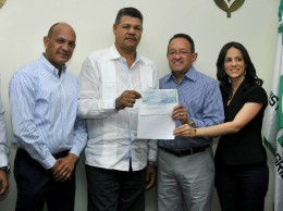 Ángel Estévez entrega cheque por trabajos de preparación de tierra para siembra de habichuelas a dueños de maquinarias de San Juan de la Maguana.