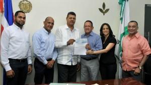 Ángel Estévez entrega recursos a productores de la provincia San Juan.