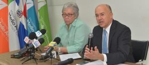 Altagracia Guzmán y Francisco Domínguez Brito, ministro de Salud y de Medio Ambiente.
