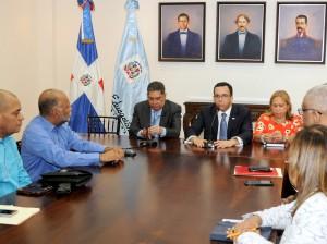 Andrés Navarro reunido con directivos de la ADP y funcionarios de Educación