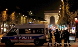 Efectivos de la Policía vigilan la zona del tiroteo en París.
