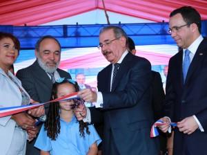 El presidente Medina corta cinta para inaugurar escuela en La Caleta Boca Chica.