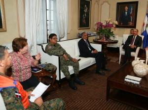 El presidente Medina reunido con representantes de los organismos de socorro.