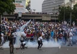 Enfrentamiento entre agentes y opositores en Venezuela.