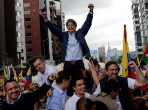 Guillermo Moreno acompañado de seguidores en Guayaquil, Ecuador.