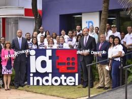 José Del Castillo Saviñón junto a empleados de Indotel en la XX Feria  del Libro.