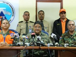 Juan Manuel Méndez acompañado de miembros de los organismos de socorro.