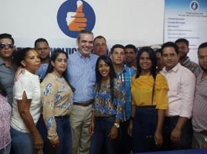 Luis Abinader acompañado de dirigentes del PRM en Santiago Rodríguez.