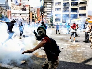 Manifestantes enfrentan agentes en Venezuela.