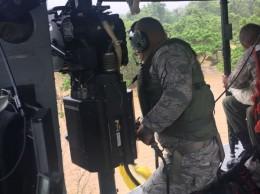 Miembros de la Fuerza Aérea en rescate en Manoguayabo.