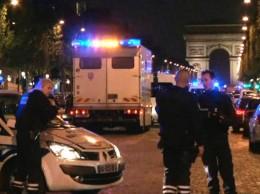 Miembros de la seguridad de Francia custodian la zona de tiroteo.