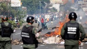 Policías enfrentan a manifestantes en Caracas.