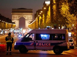 Policías montaron un cerco en la avenida Campos Elíseos en París.
