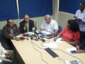 Rafael Pepe Abreu y otros dirigentes de las centrales sindicales.