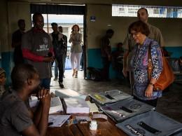 Sandra Honoré visita una caseta electoral en Puerto Príncipe durante las elecciones de enero de 2017.