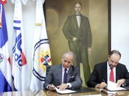 Sigfrido Pared Pérez y José del Castillo Saviñón firman acuerdo.