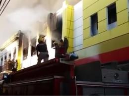Bomberos tratan de sofocar llamas en almacén Iberia.