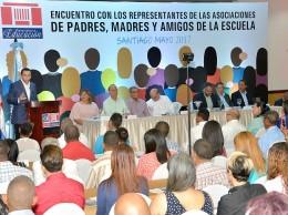 Andrés Navarro habla en reunión con padres de escuelas de la región del Cibao.