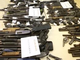 Armas confiscadas a dos empresas de seguridad en operativos del Ministerio de Defensa.
