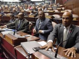 Diputados mientras ejercer el derecho al voto en la discusión de la Ley de Lavado de Activos.