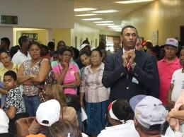 Director del hospital Arias Lora, Amaury García, mientras orienta a pacientes sobre conjuntivitis.