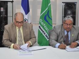 Donaldo Collado Damirón y Chanel Rosa Chupany firman convenio.