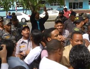 Enfrentamiento entre jóvenes de Marcha Verde y agentes policiales.