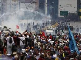 Estudiantes universitarios protagonizan protesta en Caracas, Venezuela.