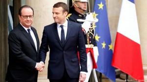 Francois Hollande saluda a Emmanuel Macron.