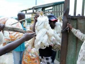 Haitianos que adquieren productos del lado dominicano.