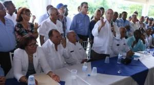 Hipólito Mejía habla en un encuentro con seguidores en Gurabo, en Santiago.