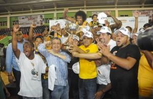 Jugadores del Rafael Barias celebran triunfo de la corona en el torneo de básket del Distrito Nacional.