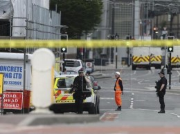 Miembros de la Policía vigilan los alrededores del Manchester Arena, en Londres.
