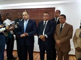Miguel Surun Hernández mientras habla a periodistas junto a directivos del Colegio de Abogados.