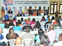 Andrés Navarro habla en un encuentro con padres de estudiantes en SPM.