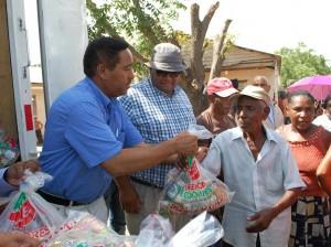 Nicolás Calderón entrega los alimentos en un operativo en Bahoruco.