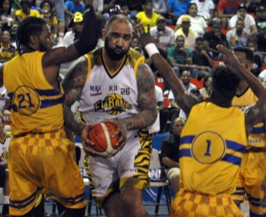 Peter John Ramos avanza con el balón ante la defensa de los mauricianos